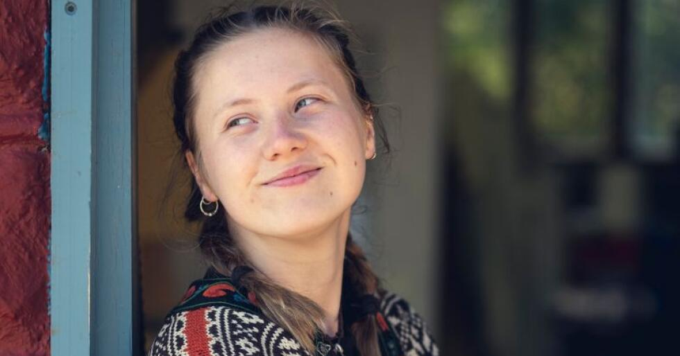 Ella Mørtsel (19) er båtbyggerlærling. Hun ønsker å lære seg mest mulig innen tradisjonshåndverk, og har derfor meldt seg på kurset i vindusrestaurering. Foto: Bård Gundersen.