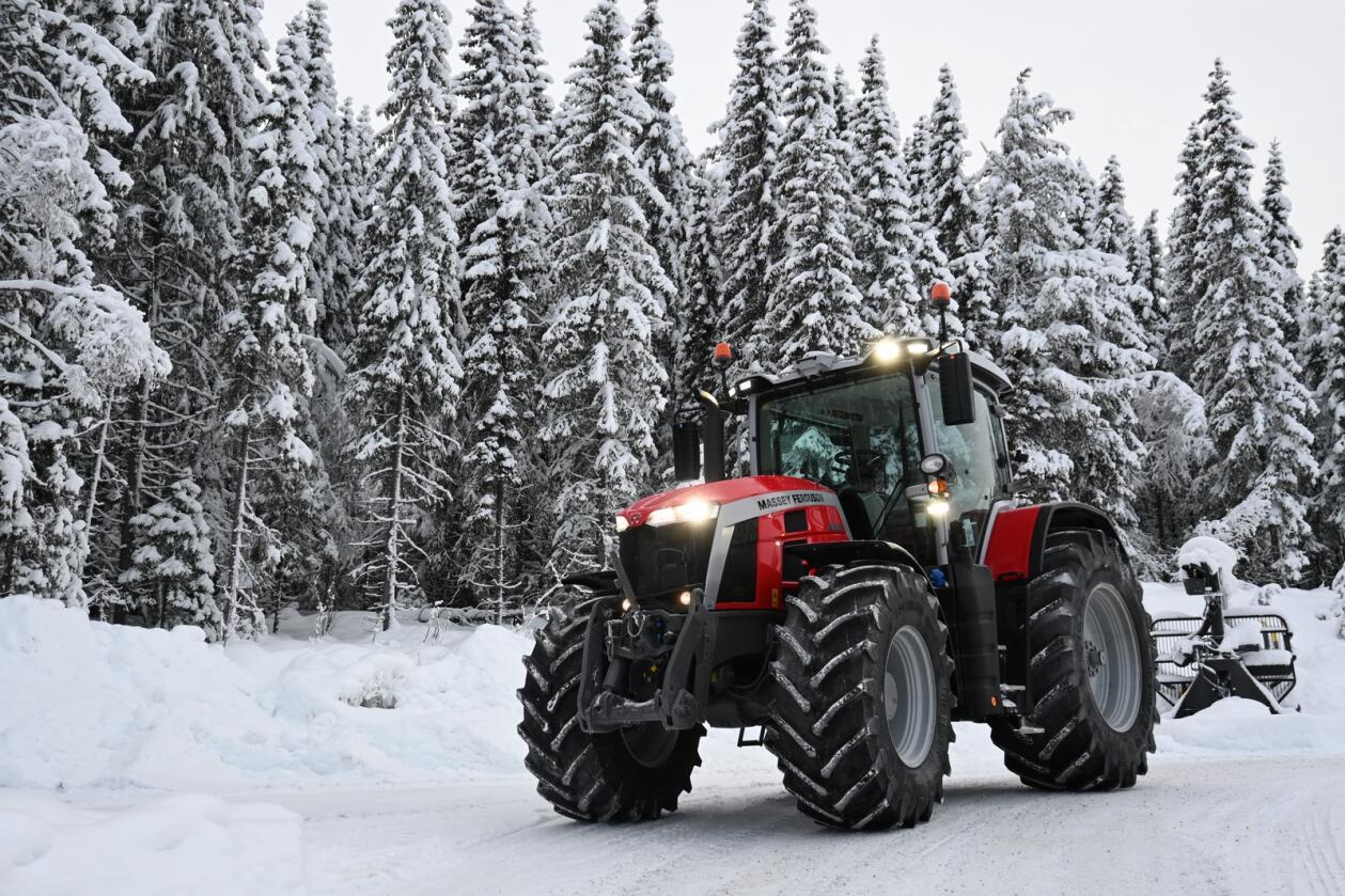 Prøvetur: De ble bare tid til en kort prøvetur. Traktoren synes godt i det snødekte landskapet med tradisjonell MF-farge.
