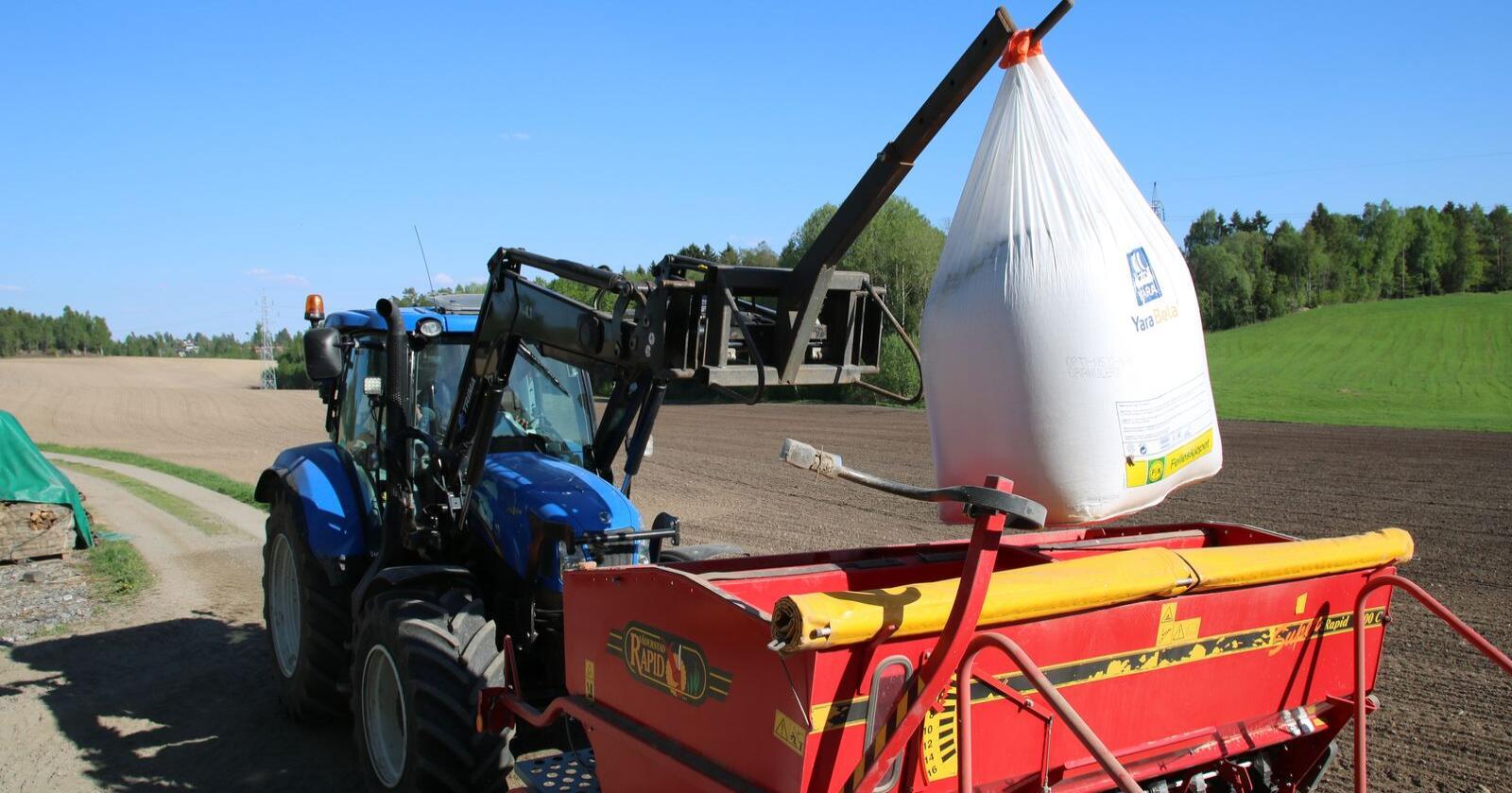 Nitratprisene svinger mer: Mange bønder kjøpte gjødsel tidlig. De vil ikke merke noen prisstigning denne sesongen. (Foto: Karl Erik Berge)
