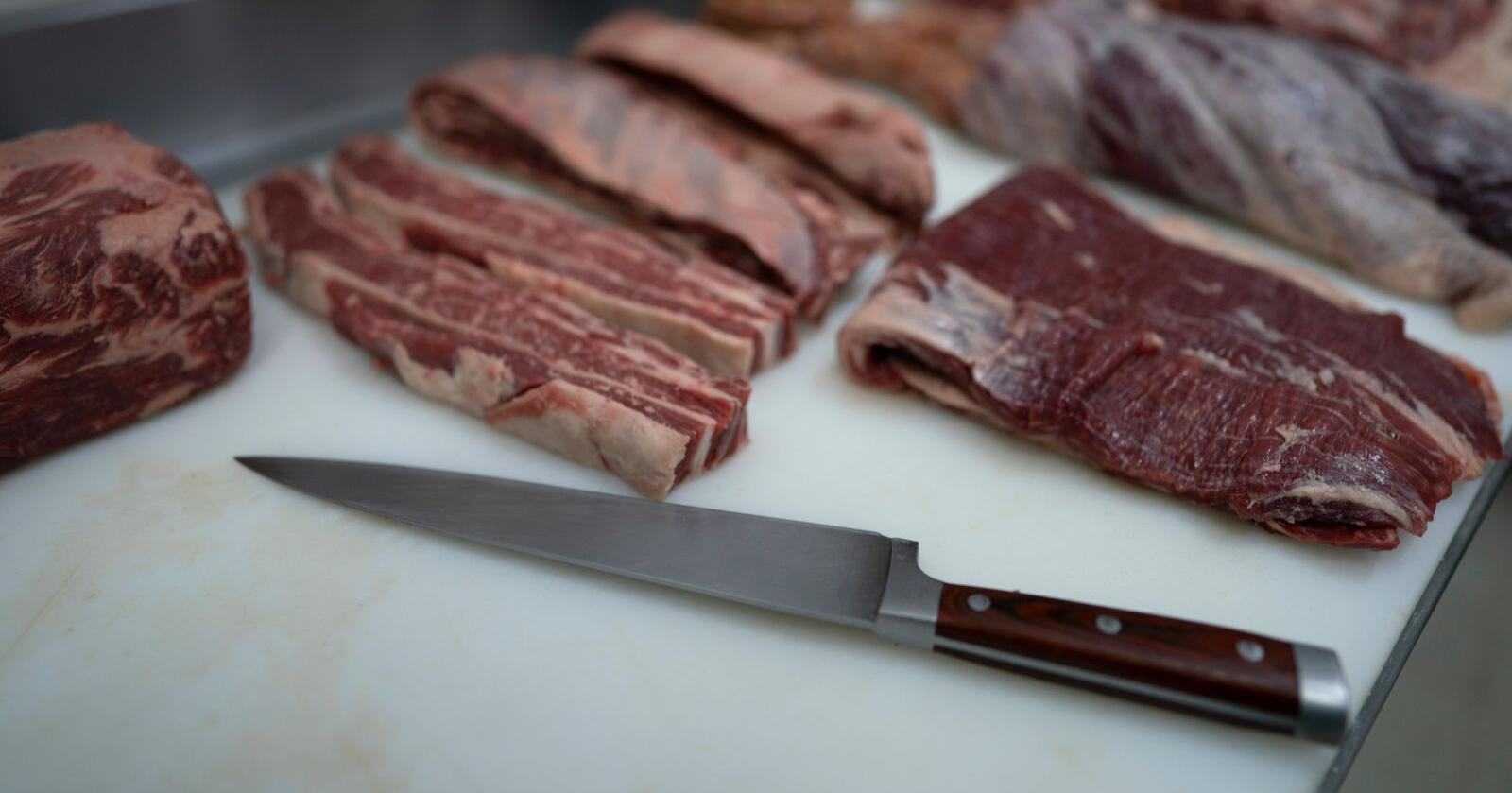 Ordførerens beslutning om å kutte kjøtt fra menyen i skolenes kantiner i Lyon er en fornærmelse mot franske bønder og slaktere, mener Frankrikes innenriksminister Gérald Darmanin. Foto: AP / NTB