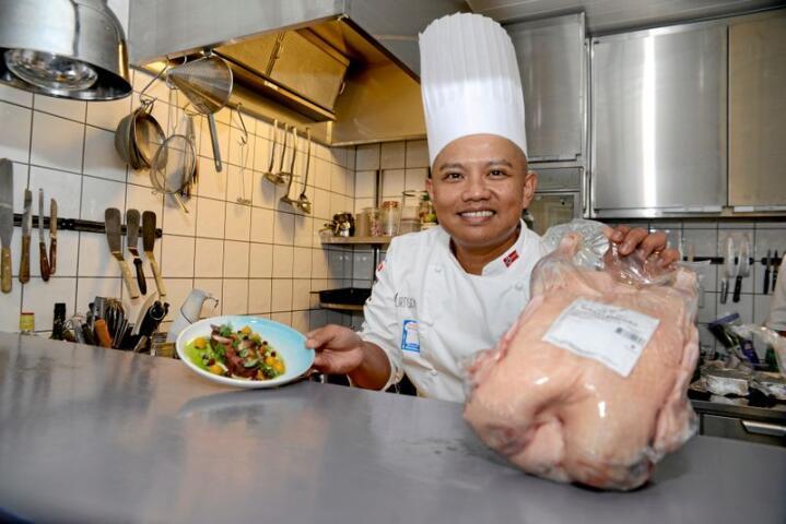 Sebastian Engh, kokk på Curtisen i Halden, serverer gjerne gjestene kortreist Smaalensgås. Foto: Mariann Tvete