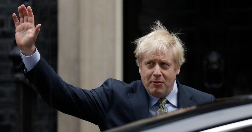 Boris Johnson forlot Downing Street rett før klokken 12 fredag formiddag norsk tid, med stø kurs mot dronning Elizabeth, hvor han vil få i oppdrag å danne regjering. Foto: Matt Dunham / AP / NTB scanpix