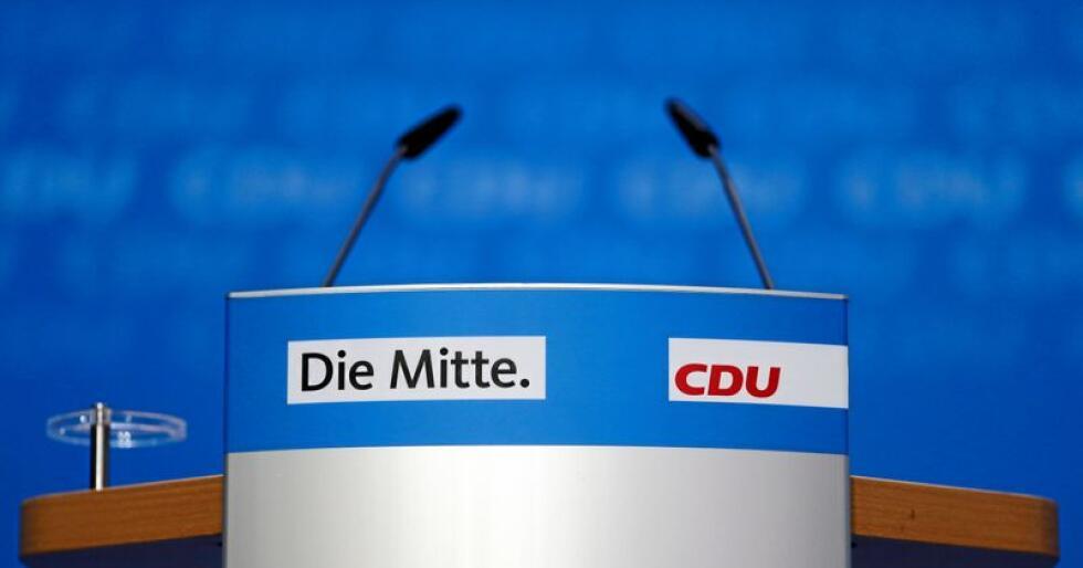 "Slagordet ""Sentrum"" og partinavnet ""CDU"" står skrevet på Angela Merkels talerstol under en pressekonferanse i Berlin 29. oktober. Foto:  Markus Schreiber / AP / NTB Scanpix"