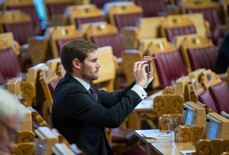Oslo  20181017.Nils Kristen Sandtrøen (A) tar opp deler av spørretimen på video med mobiltelefonen i spørretimen.Foto: Vidar Ruud / NTB scanpix
