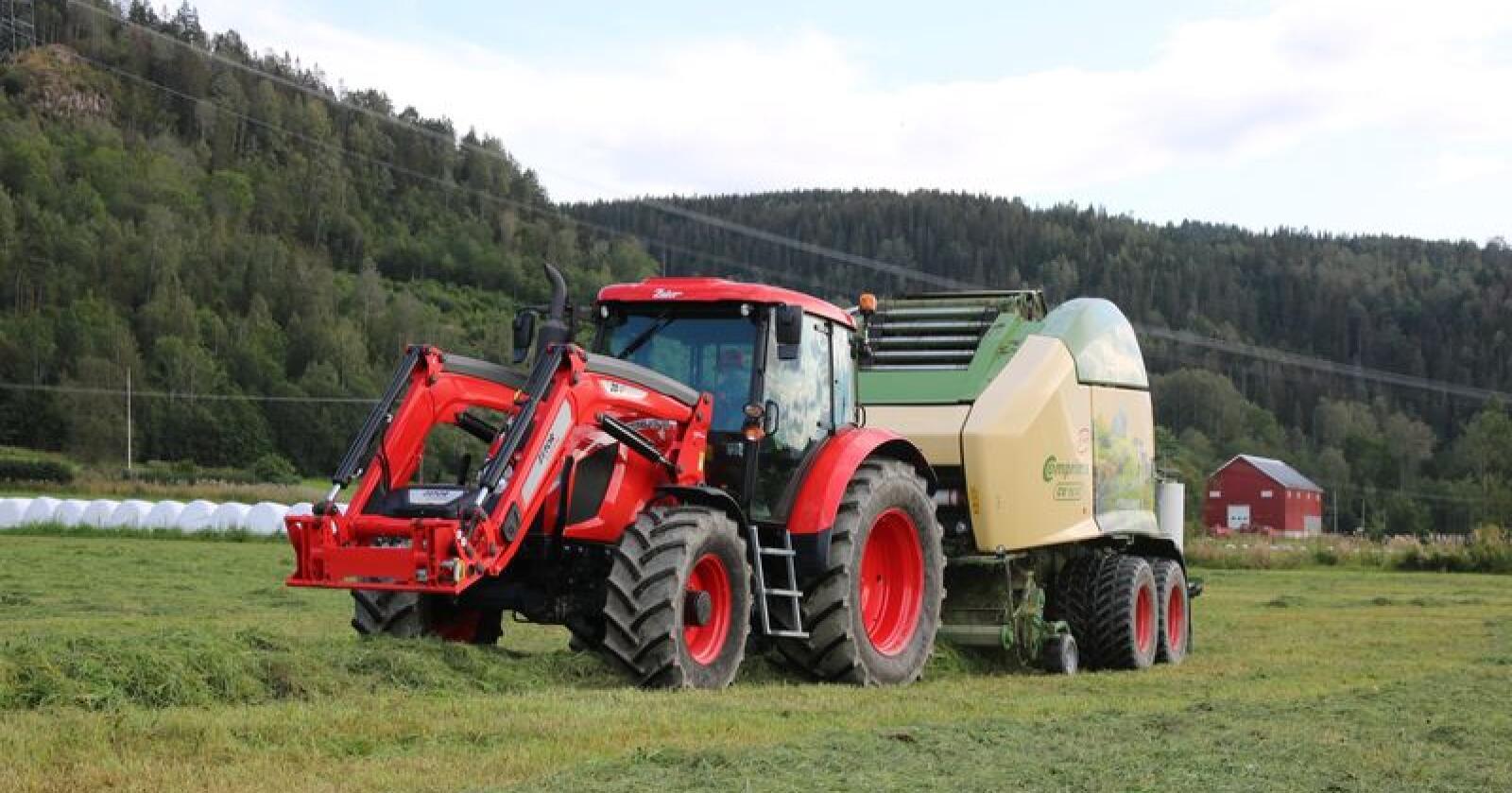 HCP har fokus på tett samarbeid med sine forhandlere. Under Grasslåttfestivalen ble strategier for framtida diskutert, samtidig som selgere og mekanikere fikk se og prøve traktorer og redskap ute på jordet. (Foto: Lars Raaen)