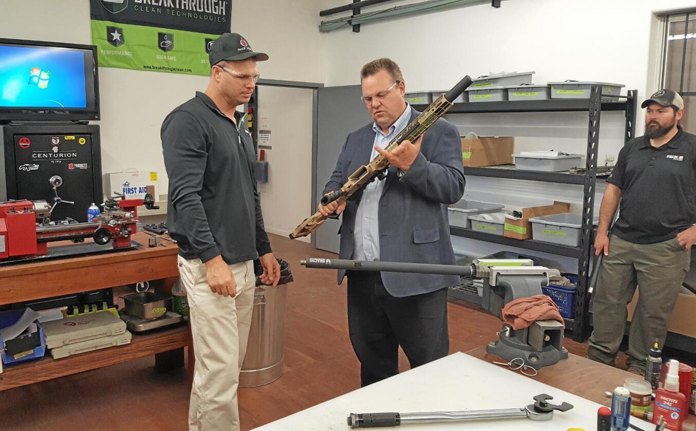 Jaktentusiast: Senator Jon Tester (t.h.), her på besøk hos våpenprodusenten Falkor, vil bekjempe skrantesyke av hensyn til jegere. Foto: US Senate
