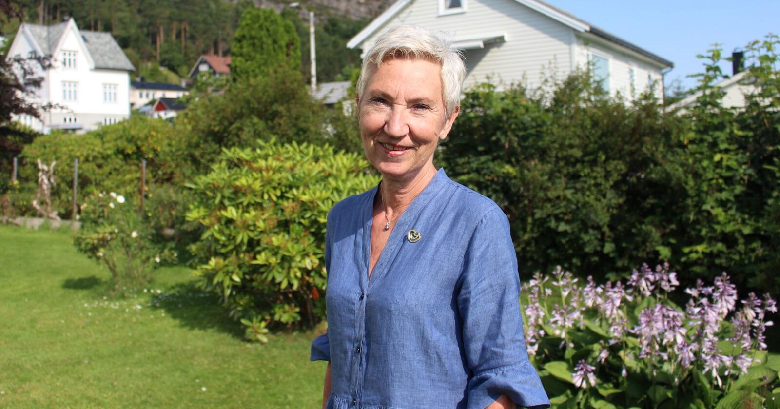 Peggy Hessen Følsvik er heime på Sunnmøre på sommarferie hos mora. Det er mykje ho saknar med øya når ho bur i Oslo, men det er likevel ikkje aktuelt å flytte tilbake ein dag. Foto: Peder Skjelten / NPK