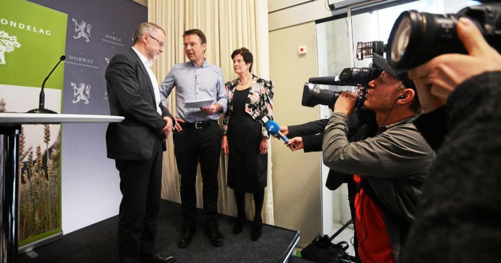 Bondekrav: Lars Petter Bartnes (i midten) og Merete Furuberg (t.h.) overleverte eit krav om 25.300 kroner i inntektsvekst for bønder til statens forhandlingsleiar Leif Forsell. Foto: Siri Juell Rasmussen