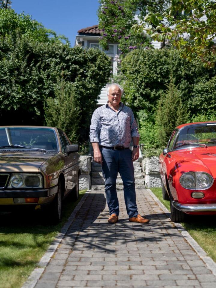 SJELDEN VARE: Harald Bergsaker ved sine to Lanciaer. Til venstre en Gamma Coupé fra 1970-tallet. Den røde til høyre er en svært sjelden Flavia, bygget av Zagato på 1960-tallet. Foto: Fredrik Hagen / NTB