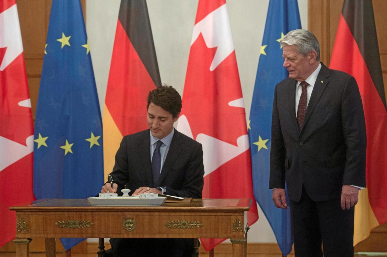 Sosial utvikling: Ceta-avtalen mellom EU og Canada, signer av den kanadiske statsministeren Justin Trudeau og den tyske presidenten Joachim Gauck, skal sikre sosial utvikling og beskyttelse av miljøet, skriver Svein Roald Hansen. Foto: Adrian Wyld / AP / NTB Scanpix