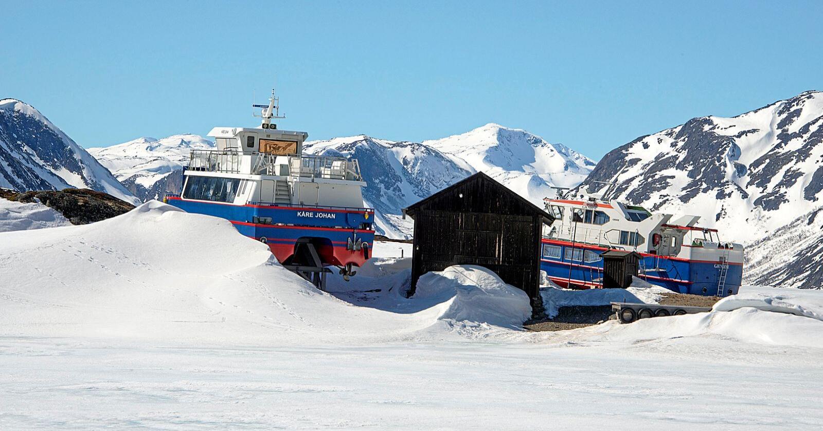Fortsatt vinter: I slutten av mai dekket isen fortsatt det store Gjendevatnet i Jotunheimen – og rutebåtene Gjendine og Kåre Johan lå fortsatt i opplag på land ved Gjendeosen. Foto: Bård Bårdløkken