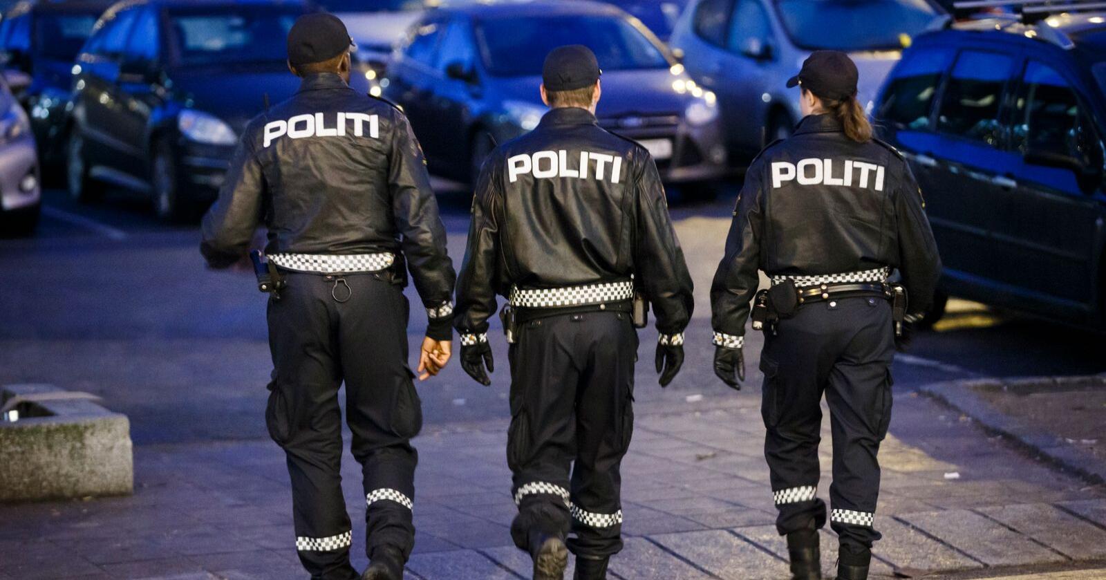Politiets Fellesforbund mener folk er blitt holdt for narr etter at regjeringen lovet mer nærpoliti for fem år siden. Her tre politifolk som patruljerer gatene i Ski. Illustrasjonsfoto: Heiko Junge / NTB scanpix