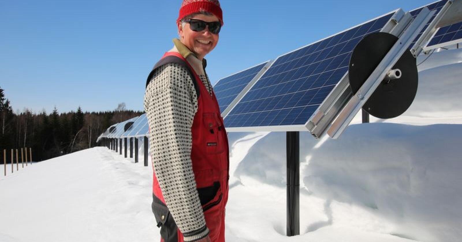 Med 94 solcellepaneler på jordet, er solbærdyrker Helge Hvoslef nesten selvforsynt med strøm. Foto: Camilla Mellemstrand