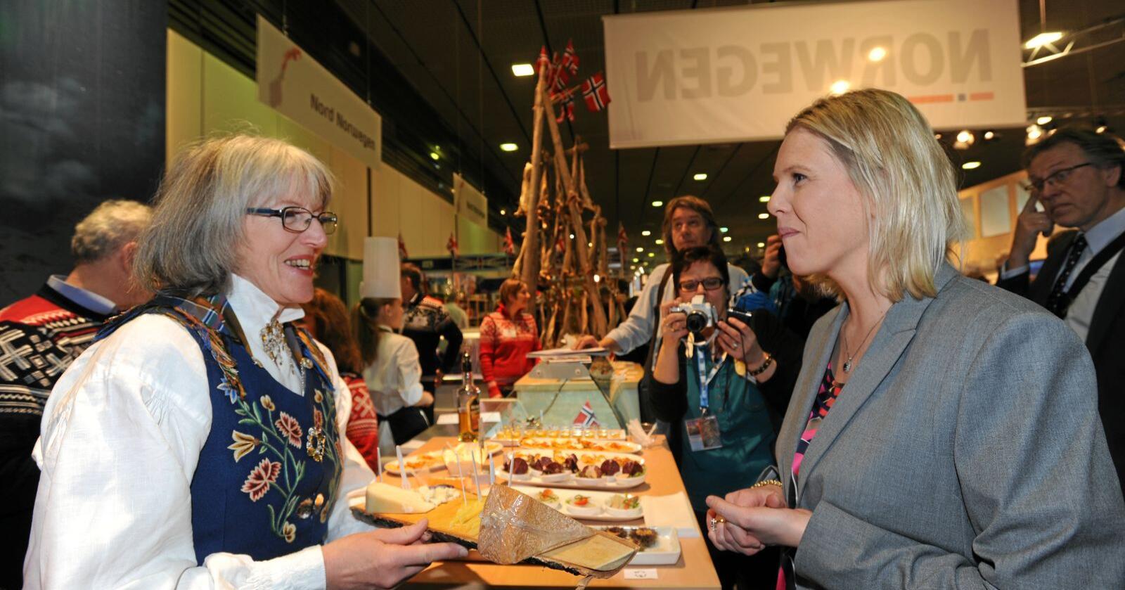Grüne Woche 2021 er avlyst. Her fra 2014 hvor nåværende leder i Nordland Bonde- og Småbrukarlag Astrid Olsen serverer ost til daværende landbruksminister Sylvi Listhaug. Foto: Mariann Tvete