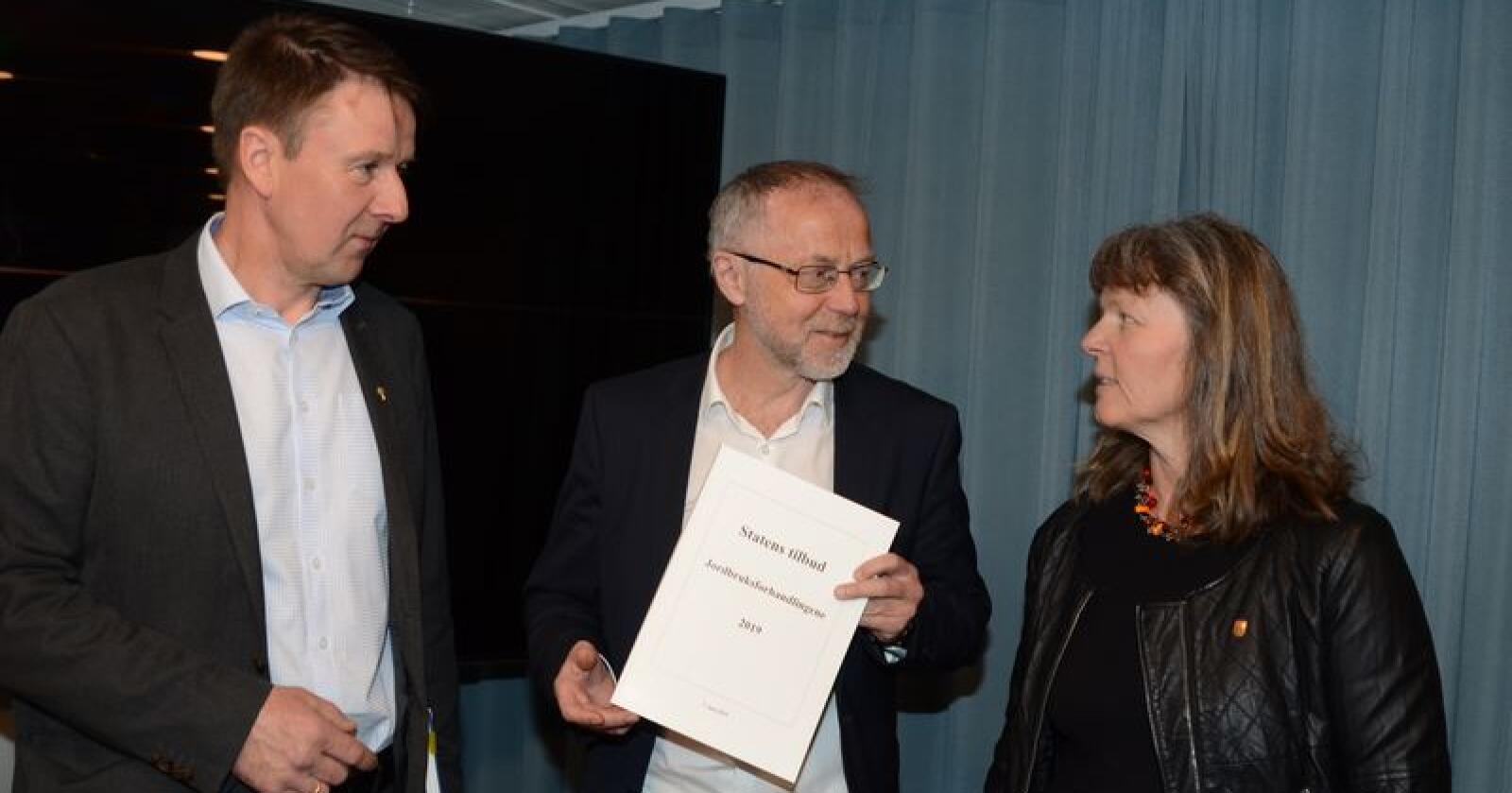Staten legger fram tilbudet. Fra venstre: Lars Petter Bartnes (Bondelaget), Leif Forsell (LMD), og Kjersti Hoff (Småbrukarlaget). (Foto: Linda Sunde)