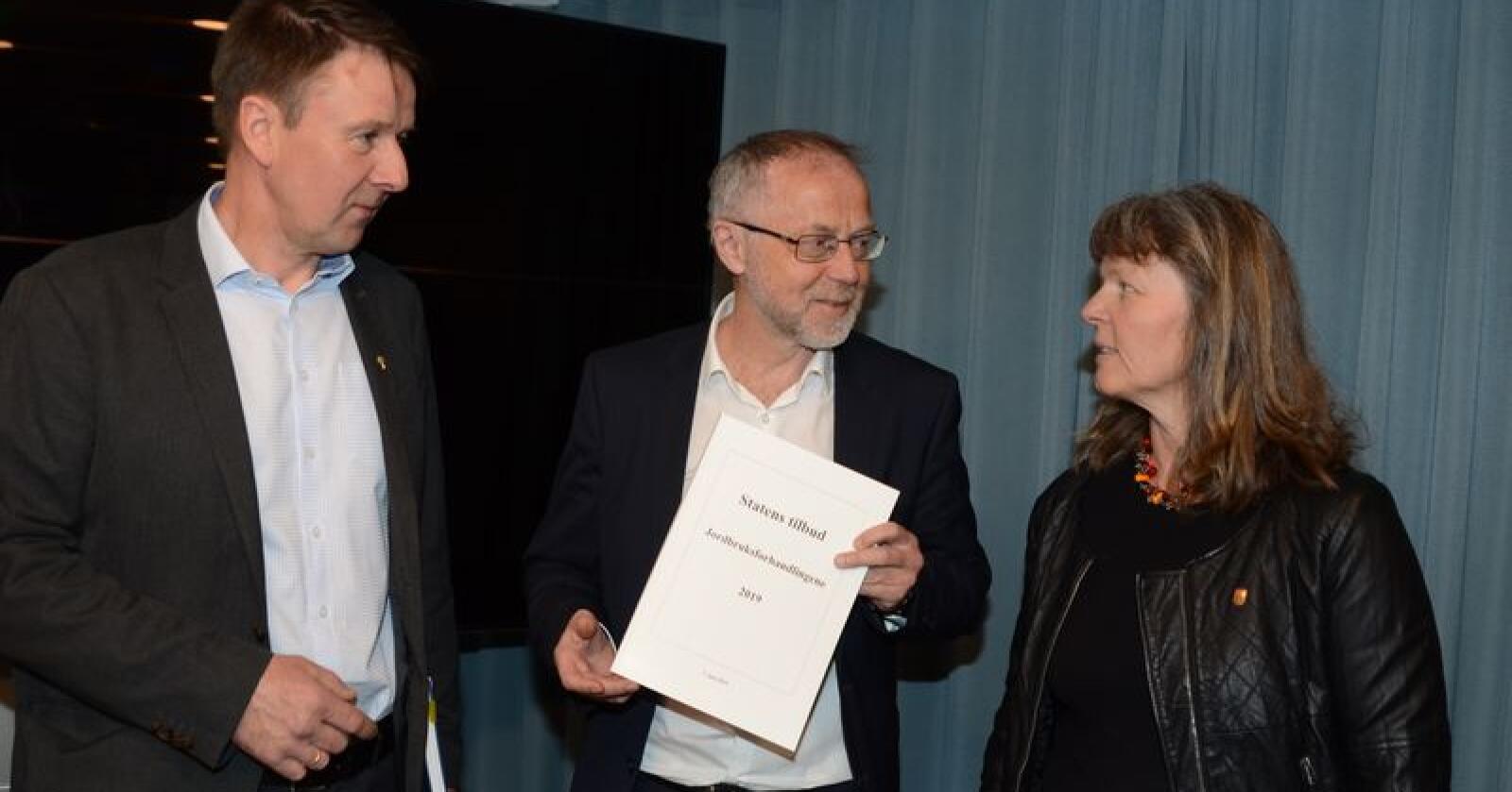 Tilbudet: Statens forhandlingsleder Leif Forsell (midten) presenterte i dag statens tilbud til bondelagsleder Lars Petter Bartnes og småbrukarleder Kjersti Hoff. (Foto: Linda Sunde)