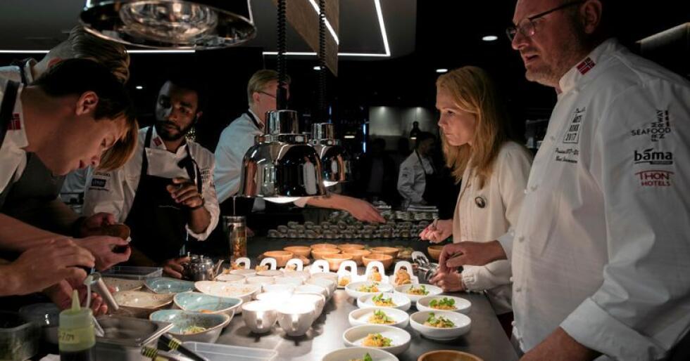 Vi må bruke mer tid på kjøkkenet, skriver Andrew P. Kroglund. Her smaker blant annet tidligere kulturministre Linda Hofstad Helleland på mat som kandidatene til Bocuse d'Or Norge laget til en presentasjon i 2017. Foto: Berit Roald / NTB scanpix