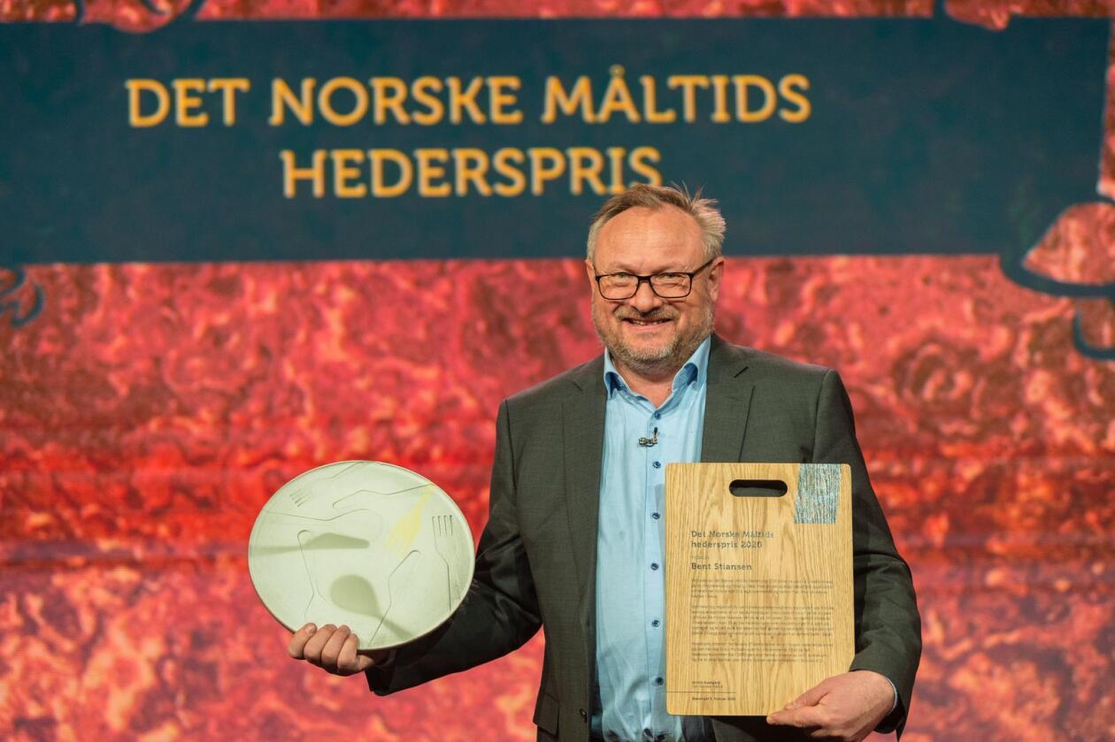 Bent Stiansen ble tildelt hederspris for fremsnakk og bruk av norske råvarer under konkurransen Det Norske Måltid.Foto: Bitmap / Kim Laland / Det Norske Måltid / NTB