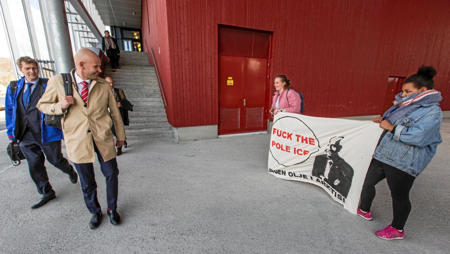 Kald melding: Olje- og energiminister Tord Lien ble møtt av demonstranter fra av Natur og Ungdom da han besøkte Hammerfest etter utlysningen av 23. konsesjonsrunde. Nå saksøkes han av samme organisasjon for brudd på Grunnloven da han åpnet for oljeleting i Barentshavet. Foto: Jan-Morten Bjørnbakk / NTB scanpix