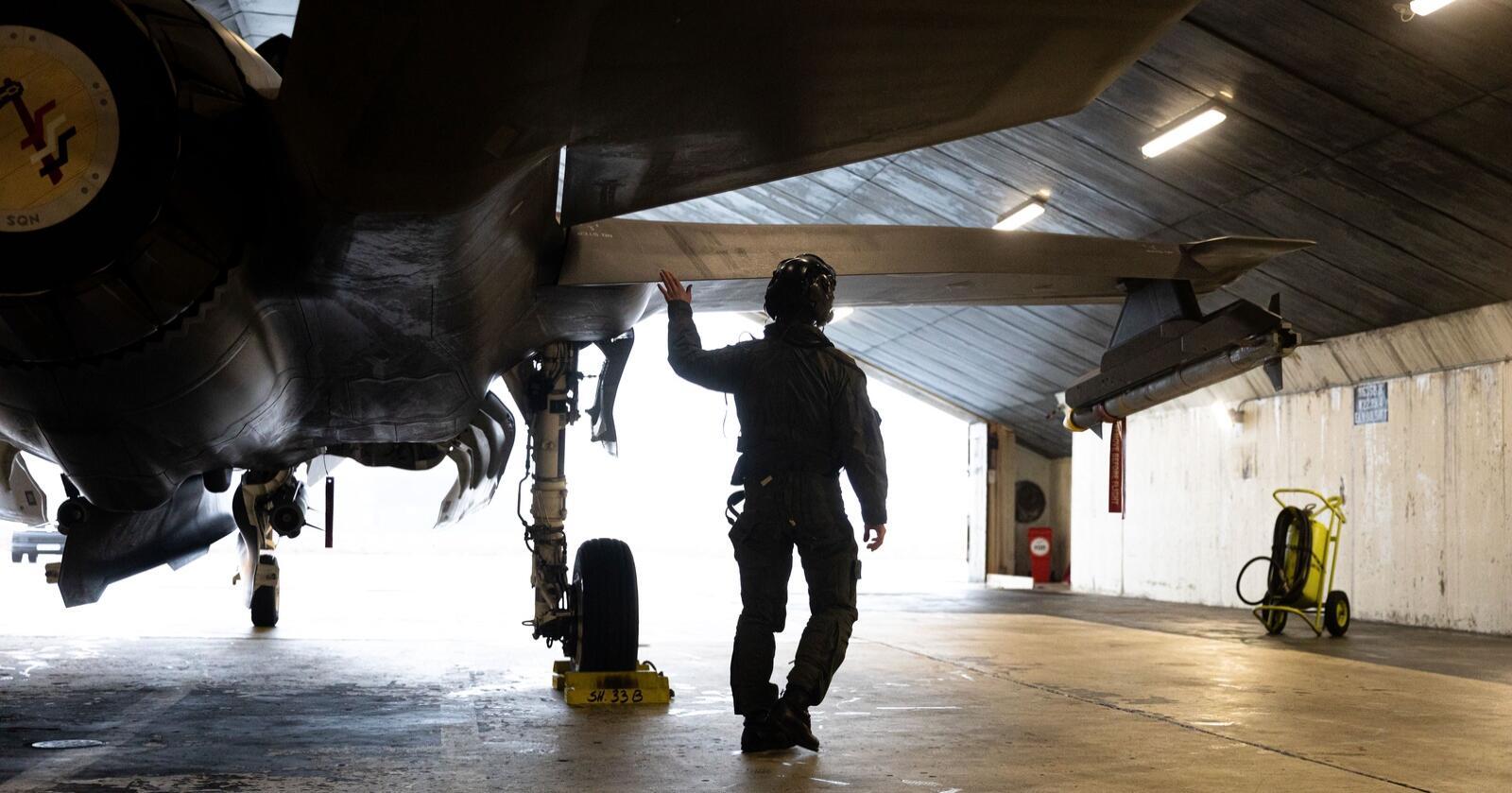 Norsk F-35 på oppdrag på Island. Nå advarer Riksrevisjonen i USA mot for høye driftsutgifter. Resultatet kan bli et dyrere kampflyvåpen for Norge.