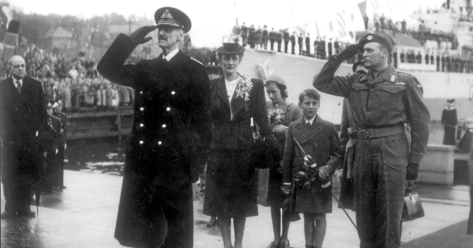 Jubelåret: Kongefamiliens hjemkomst 7. juni 1945 er et av de ikoniske bildene fra freds- og jubelåret som vi nå skal feire. Alle familier har sine historier fra «krigen». Har vi noe å lære av dem i dag? Foto: NTB scanpix