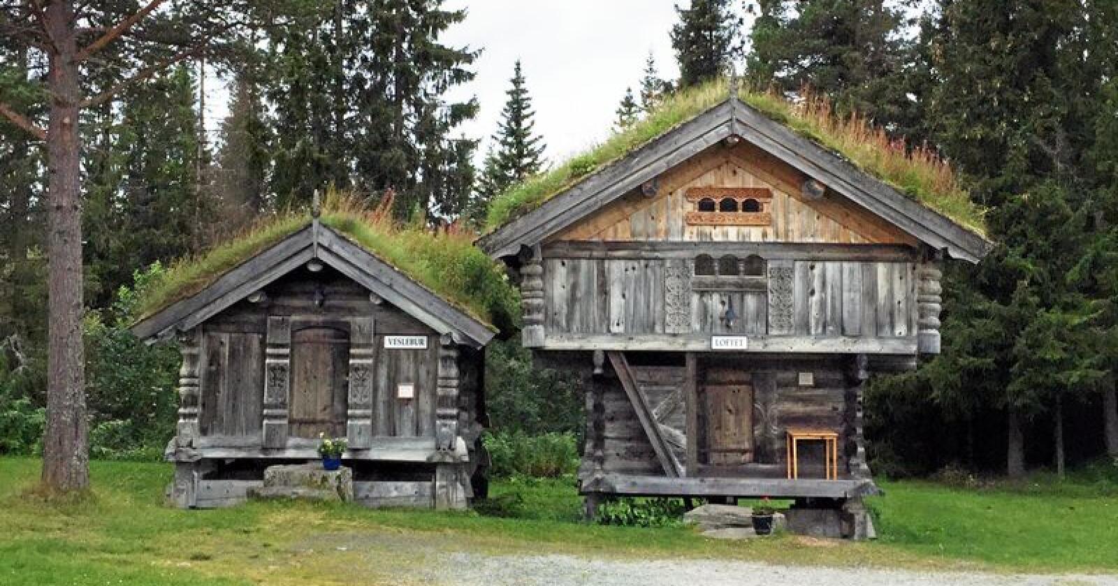 Staselige: Finnes det noe vakrere? Disse to stabburene, som er kopier av eldgamle bygg, befinner seg i Rauland i Telemark. Dette er norsk arkitektur og håndverk på sitt aller ypperste. Foto: Per Borglund