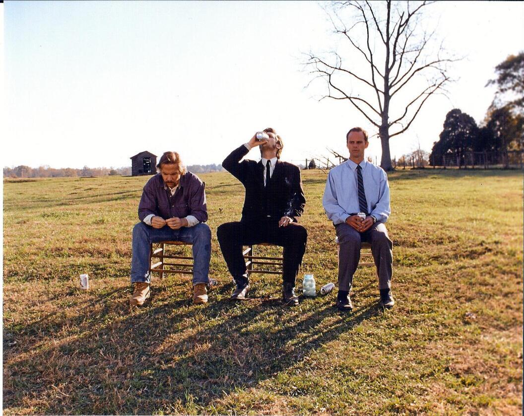Plan B: I kortfilmen «The Accountant» hyrer bondebrødrene O'Dell inn en drikkfeldig regnskapsfører (midten) for å prøve å redde bruket deres fra gjeldsfella. Foto: Lightyear Films
