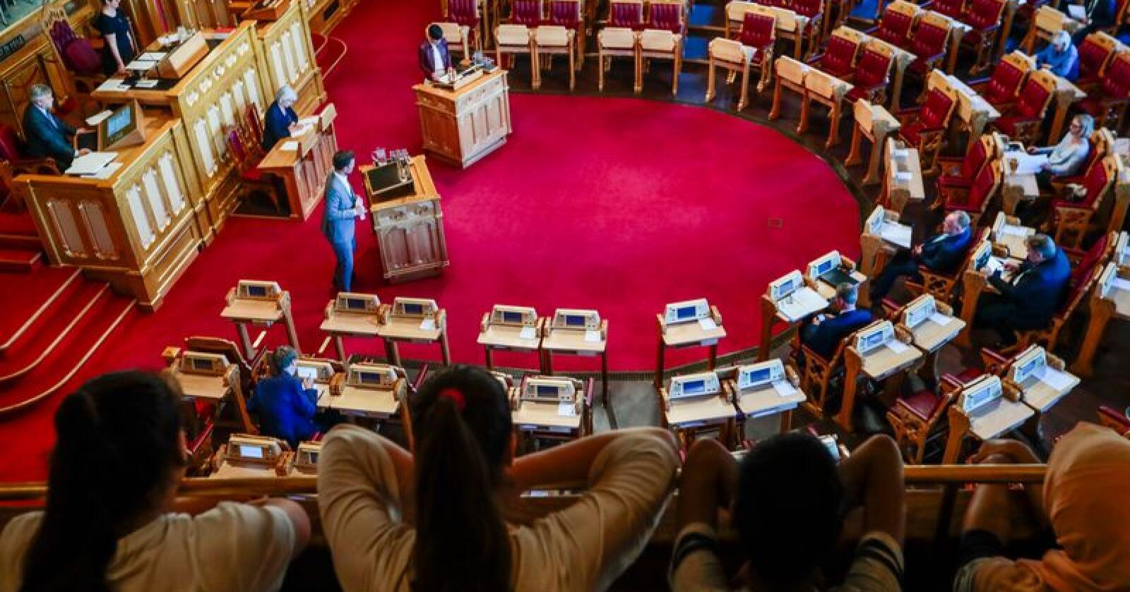 Tidligere har økt antall plasser i stortingssalen bøtet på skjevfordelinger mellom fylkene. Nå kan det bli snakk om at noen fylker mister mandater. Foto: Lise Åserud / NTB scanpix