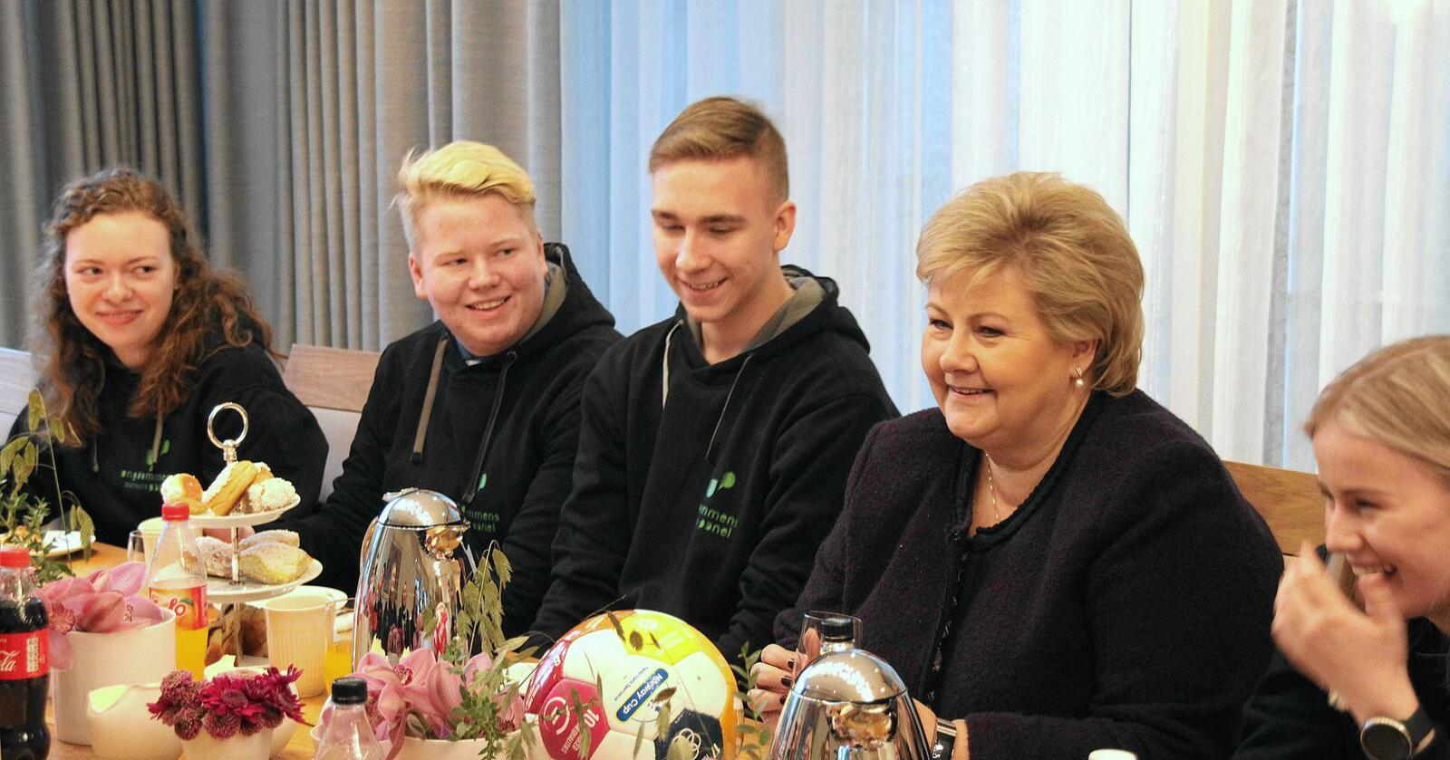 Sofie Persdatter Sangnæs (t.v.), Trym Talgø Olsen, Tobias Eriksen, Erna Solberg og Cecilie Skrindo. Foto: Line Omland Eilevstjønn
