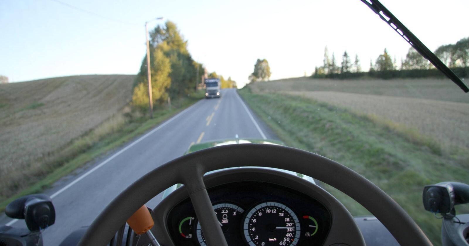 Det har i lengre tid vært etterlyst klarere regler for traktorkjøring langs vegen. Nå er forskriften endret på flere områder.