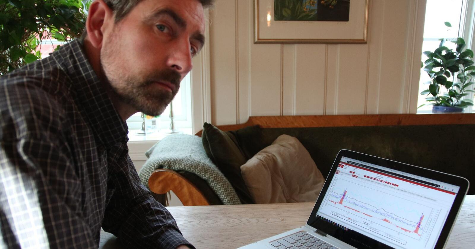 På Lely sitt dokumentasjonsprogram an Christian se melkemengde, aktivitetsnivå, drøvtyggeraktivitet og vekt på ver ku i fjøset. Foto: Knut Houge