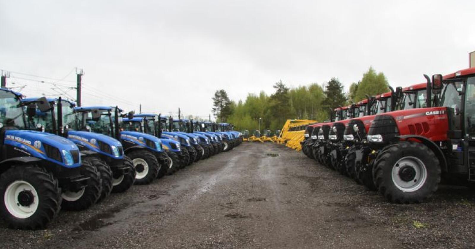 Jenvt: De blå fra New Holland og de røde fra Case IH endte opp på nøyaktig samme antall solgte hos A-K under Agroteknikk. Arkivfoto: Traktor