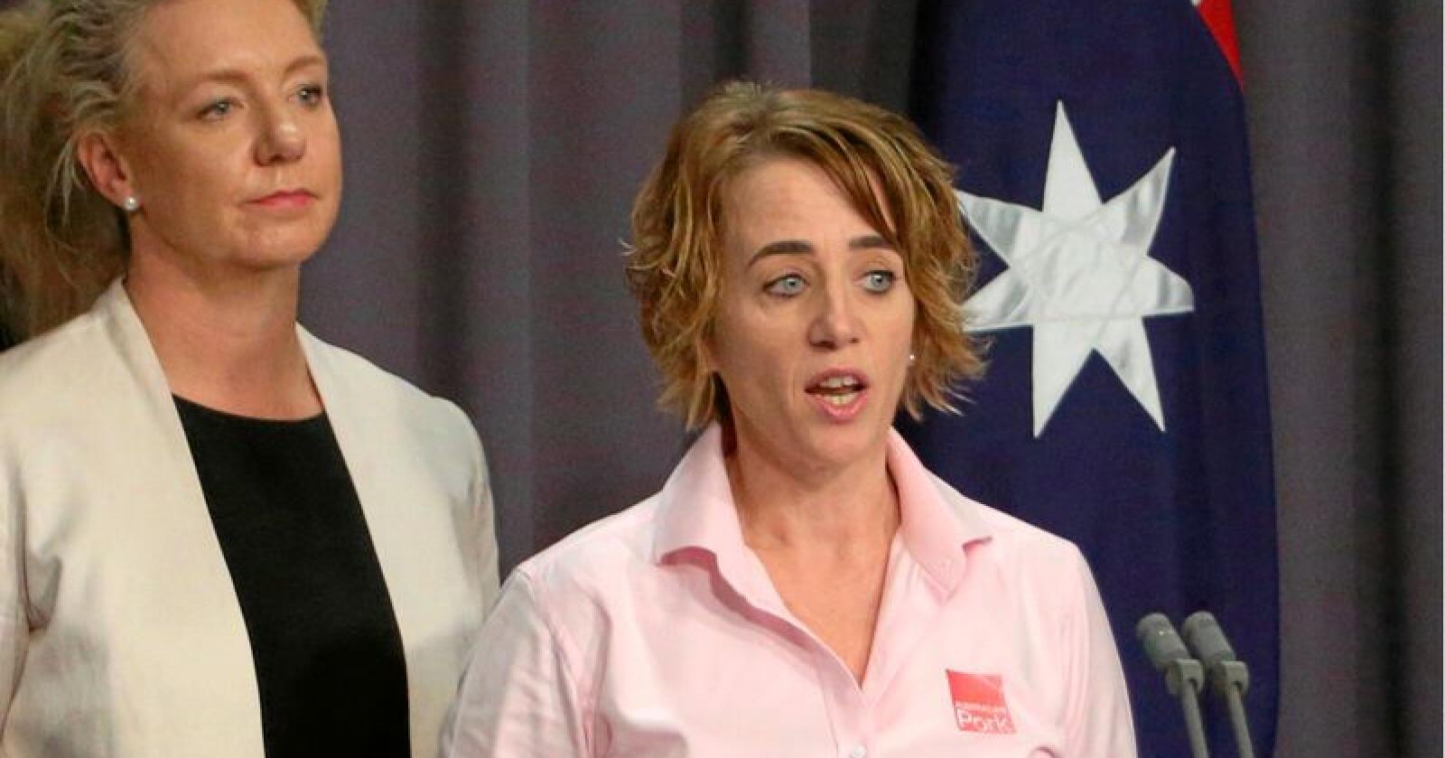 Australias landbruksminister Bridget McKenzie (t.v.)  og Margo Andrae, administrende direktør i den australske svineprodusentorganisasjonen APL, under en pressekonferanse om afrikansk svinepest. Foto: Rod McGuirk / AP / NTB Scanpix