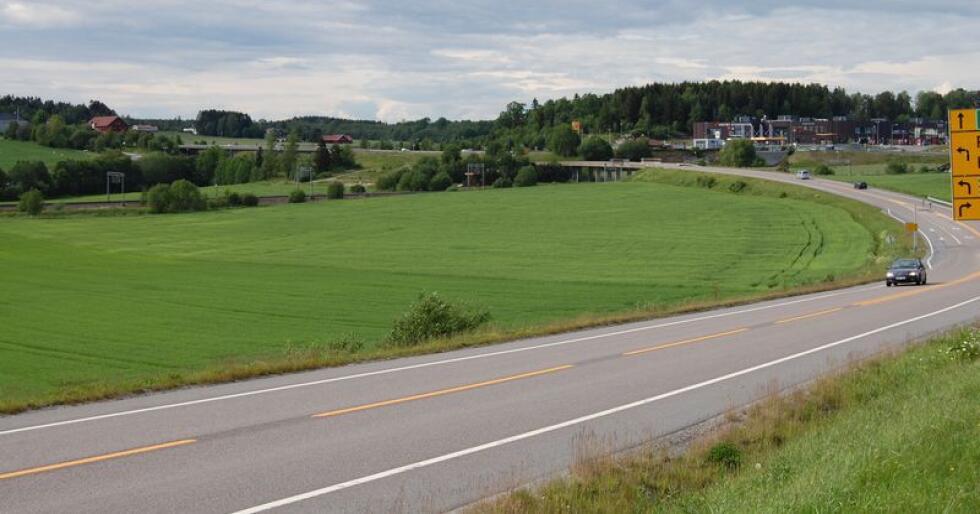 Utbyggingen på Delijordet i Vestby har vært omstridt fordi den vil legge beslag på et stort jorde med god matjord. Den 135 mål store tomta brukes i dag til korndyrking. Foto: Øyvind Kjølberg