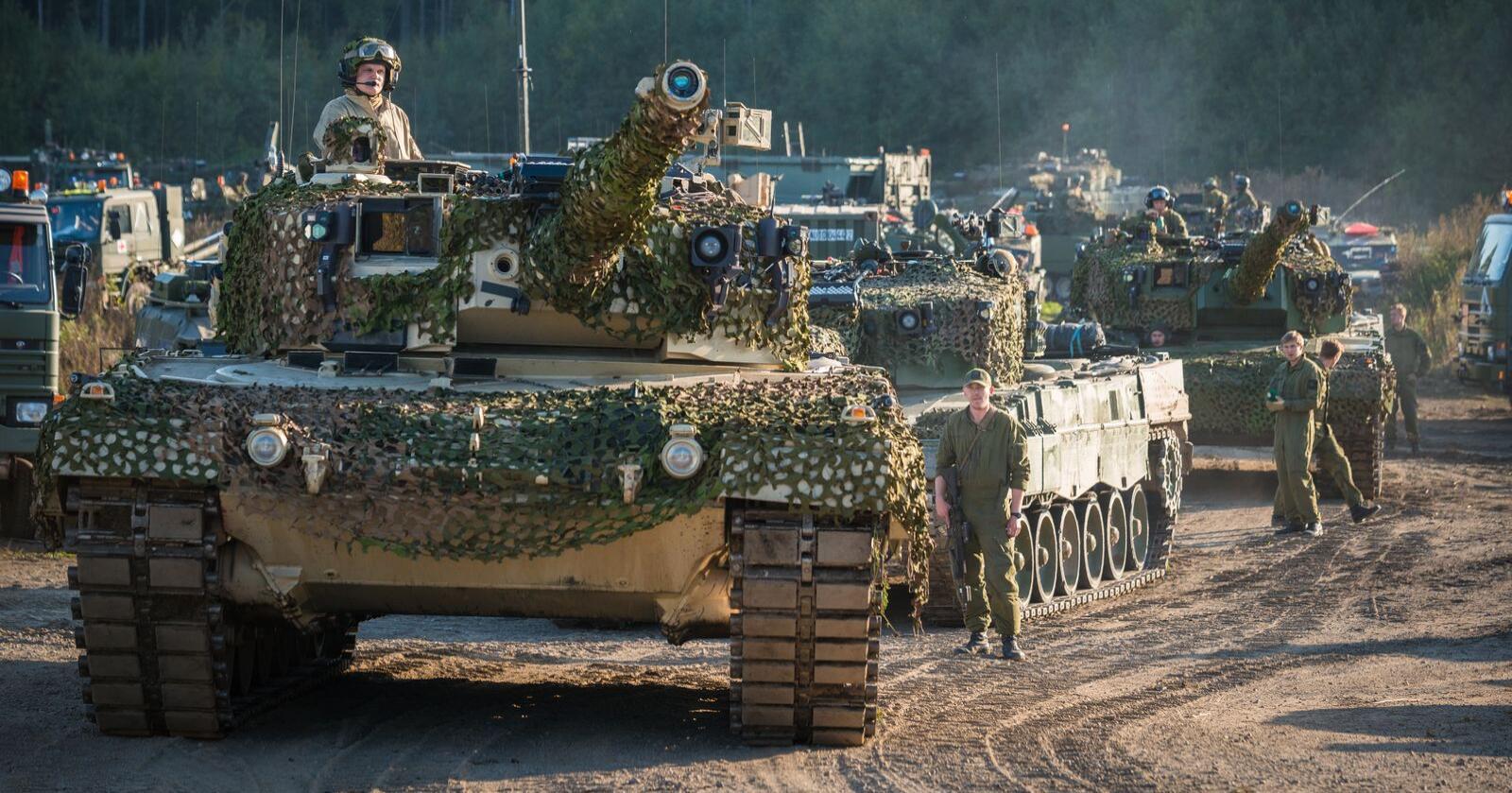 Bare 1800 vernepliktige soldater, i to bataljoner, er satt av til å forsvare Norge sør for Troms. Slik vil det også være til etter 2040, ifølge regjeringens forslag til ny langtidsplanen for forsvaret.  Her er Telemark bataljon med sine Leopard 2- stridsvogner, under øvelse Noble Ledger i 2014. Foto: Ole-Sverre Haugli /Forsvaret