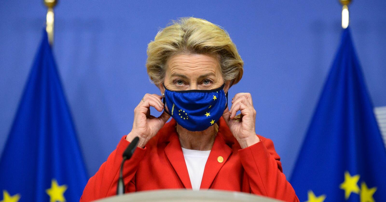 Lederen for EU-kommisjonen, Ursula von der Leyen, tar av seg sin koronamaske for å redegjøre om at kommisjonen tar rettslige skritt mot Storbritannia for lovforslaget som ble vedtatt i Underhuset denne uken. Foto: AP / NTB