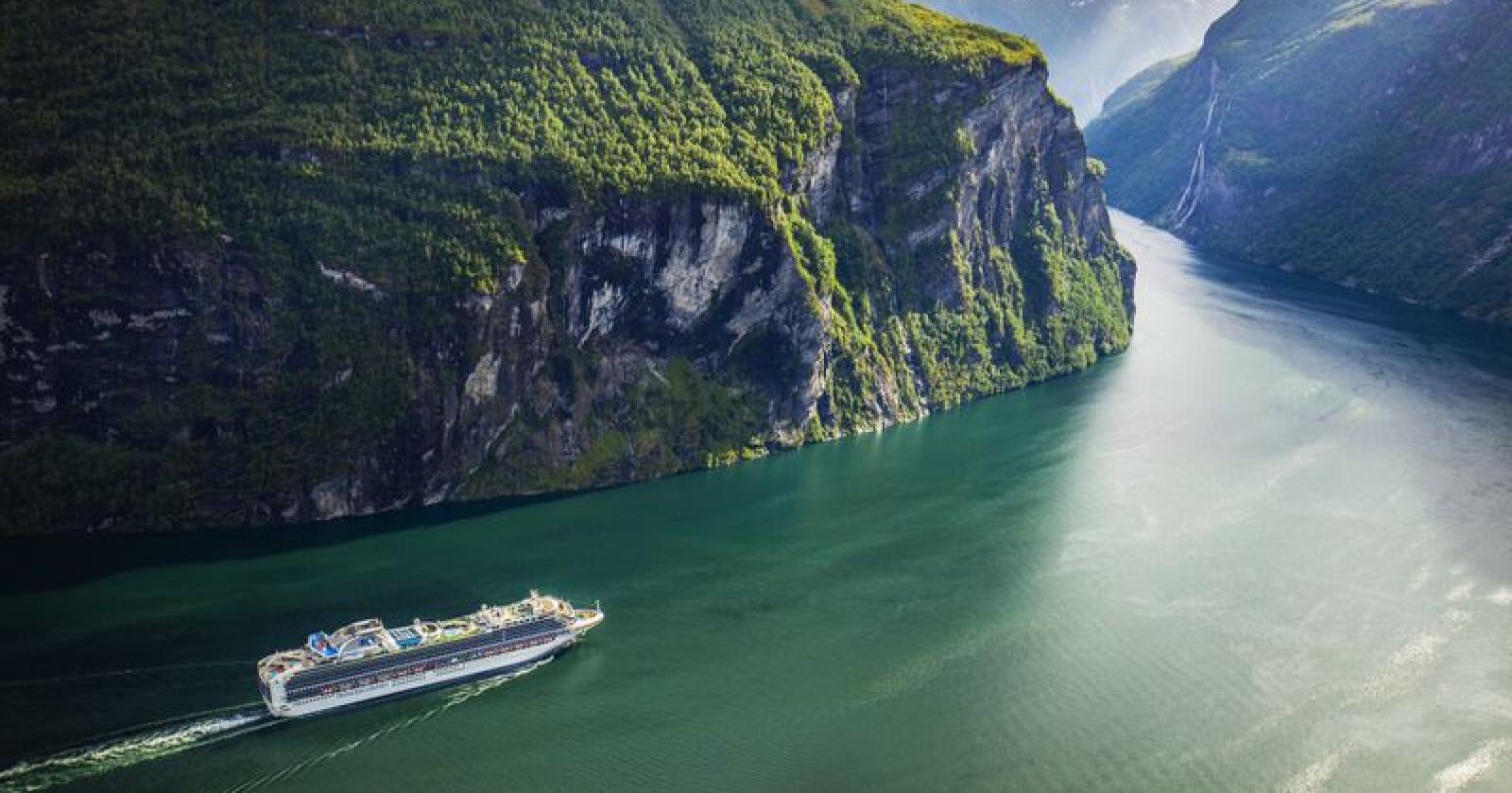 I åra framover skal det byggjast ei rekkje nye cruiseskip, men Tor Christian Sletner i bransjeorganisasjonen Cruise Lines International Association (Clia) seier næringa treng tid til å omstilla seg til strengare miljøkrav og at teknologien enno ikkje er på plass. Foto: Halvard Alvik, NTB scanpix / NPK