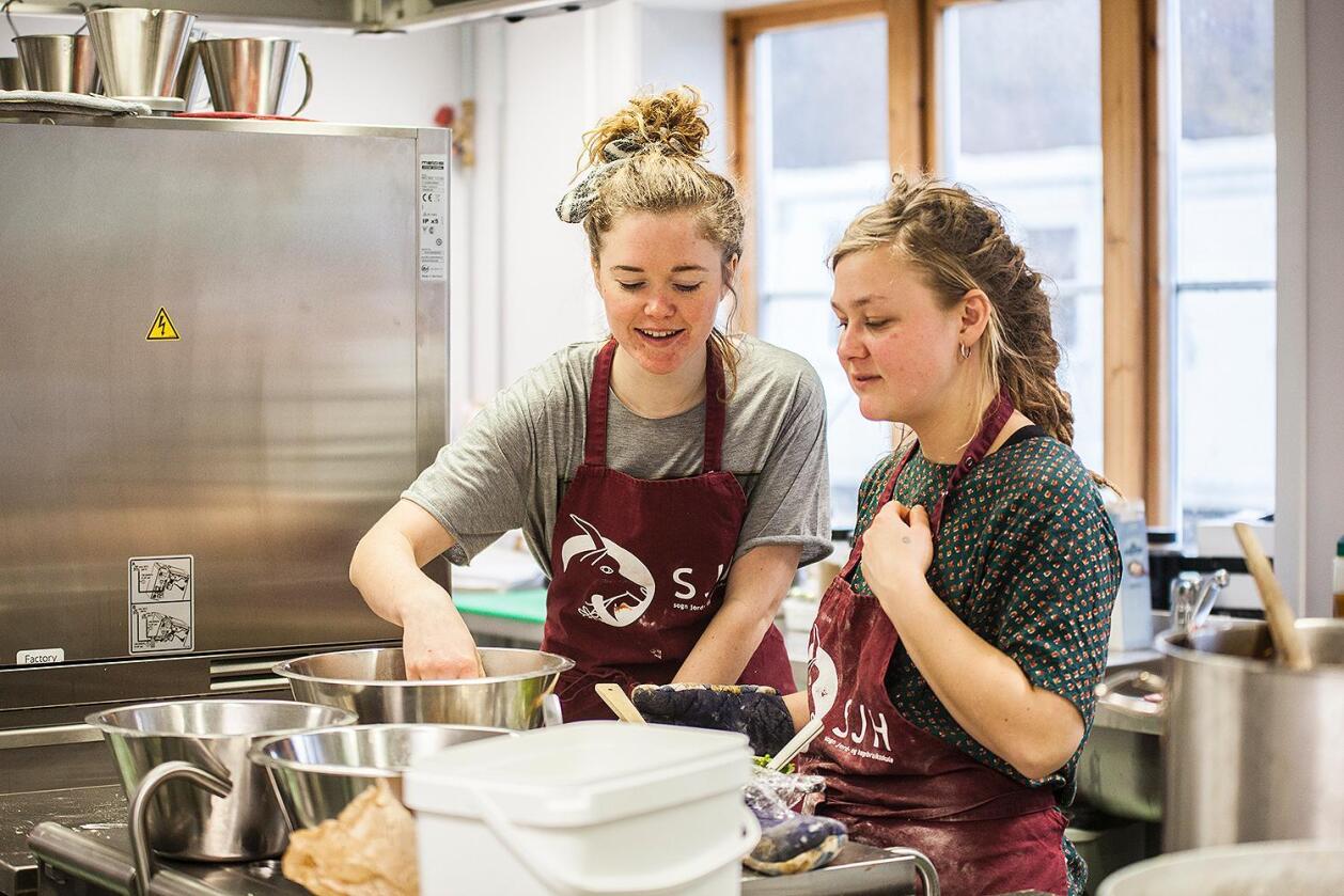 Sara Overgaard Jensen ogAlma Joensen er blant elevane som hadde ansvar for all matlaginga. (Foto: Elisabeth Fagerland)