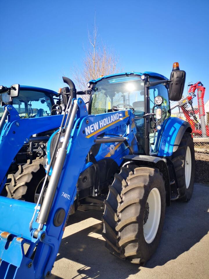 Elegant: En New Holland utstyrt med Stoll-laster, som er fargetilpasset traktoren og iført New Hollandl-logoer og typebetegnelser. Mange kunder er mer opptatt av at ting skal se bra ut enn tidligere, og velger dermed en laster som er lakkert i traktorens farge.