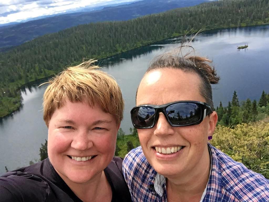 Siri Lindstad (t.v.) med kjæresten Toini like ved hjemstedet i Dokka. Hun flyttet fra hovedstaden til Hadeland, og opplever at hun har blitt tatt godt imot. Foto: Privat