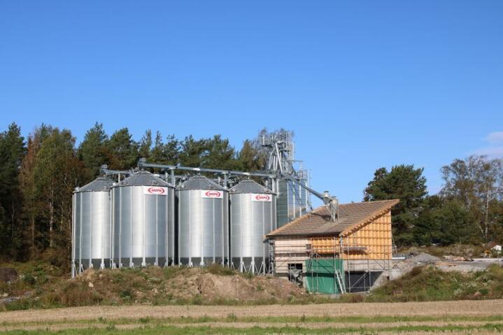 TØRKING: Seks spissbunntanker, ei korntørke og en flisfyr ble reist og satt i drift mellom mai og august.