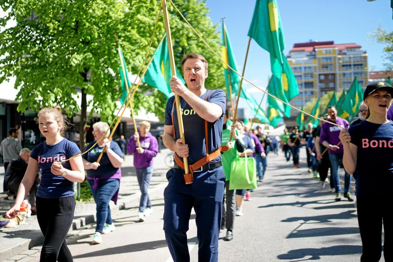 Demonstrasjon: Sist veke demonstrerte Lars Petter Bartnes og tusenvis av andre bønder i gatene i Oslo mot jordbruksoppgjeret. Nå får dei støtte i kravet om betre inntekt frå landets nest største arbeidstakarorganisasjon. Foto: Ketil Blom Haugstulen