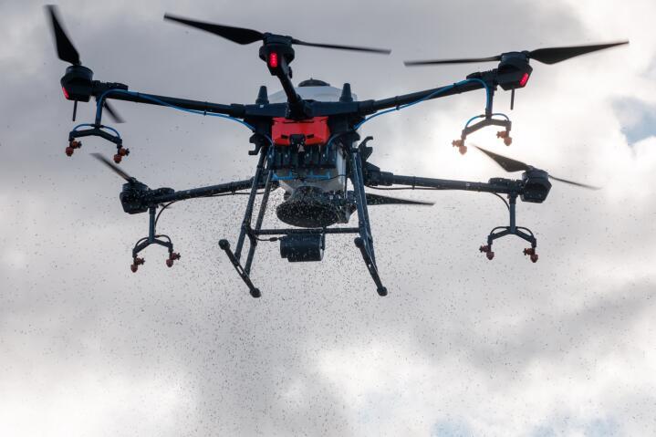 FRAMTIDA: Her sår en av dronene til Biodrone grasfrø. Foto: Thomas Jergel