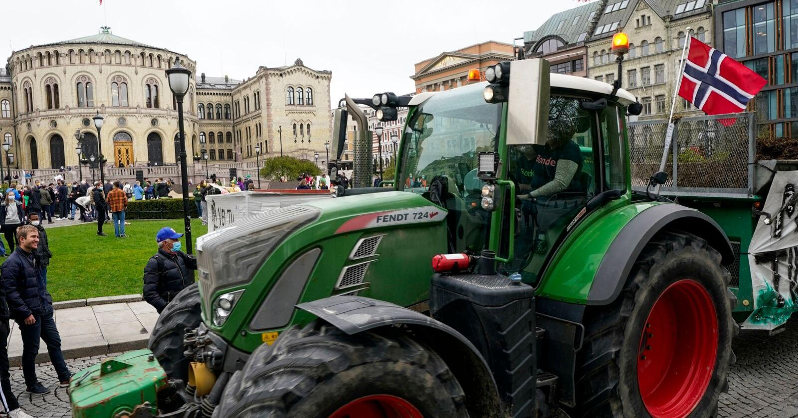 Aksjon: Bønder aksjonerte mot statens tilbod i jordbruksoppgjeret foran Stortinget i Oslo. Foto: Lise Åserud / NTB