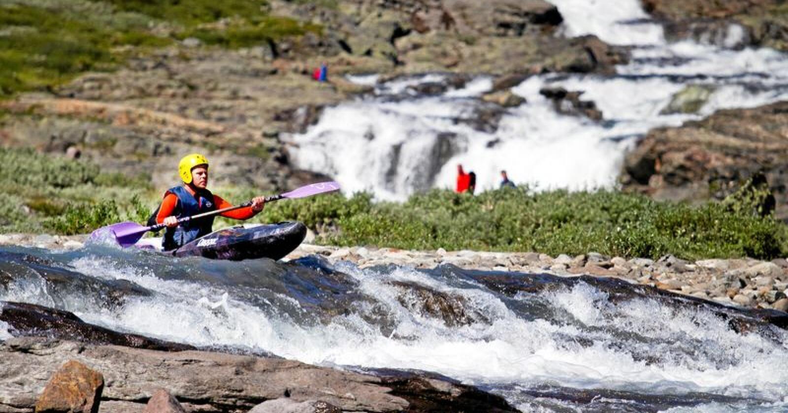 Fjellpadling: Svært mange studenter ønsker å bruke sommeren til en kombinasjon av utfordrende arbeid og aktiv fritid gjennom Fjellspire-prosjektet. Her fra elvepadling ved Mjølkedøla ved Tyin i Jotunheimen. Foto: Arlene Bax