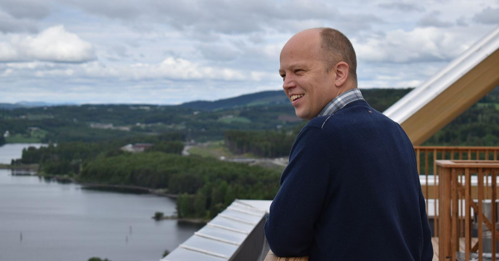 Senterparti-leder Trygve Slagsvold Vedum kan nesten se Mjøsbrua fra toppen av Mjøstårnet i Brumunddal. Snart er begge symboler på hans ønskepolitikk. Foto: Henrik Heldahl