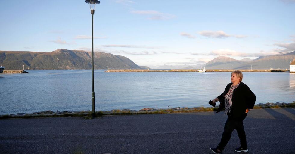 Svekka: Nasjonen Norge sin økonomi blir svekka av regjeringa sin distriktspolitikk. Her er statsminister Erna Solberg (Høgre) på kaia i Hareid. Foto: Torstein Bøe / NTB scanpix