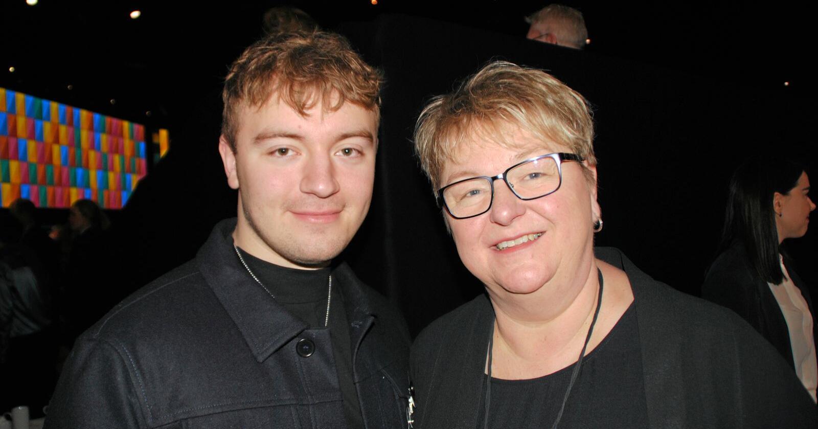 Bilal Saab og mor Mona Jacobsen Saab, som driver med turistfiske og hotell i Hasvik. Foto: Lars Bilit Hagen