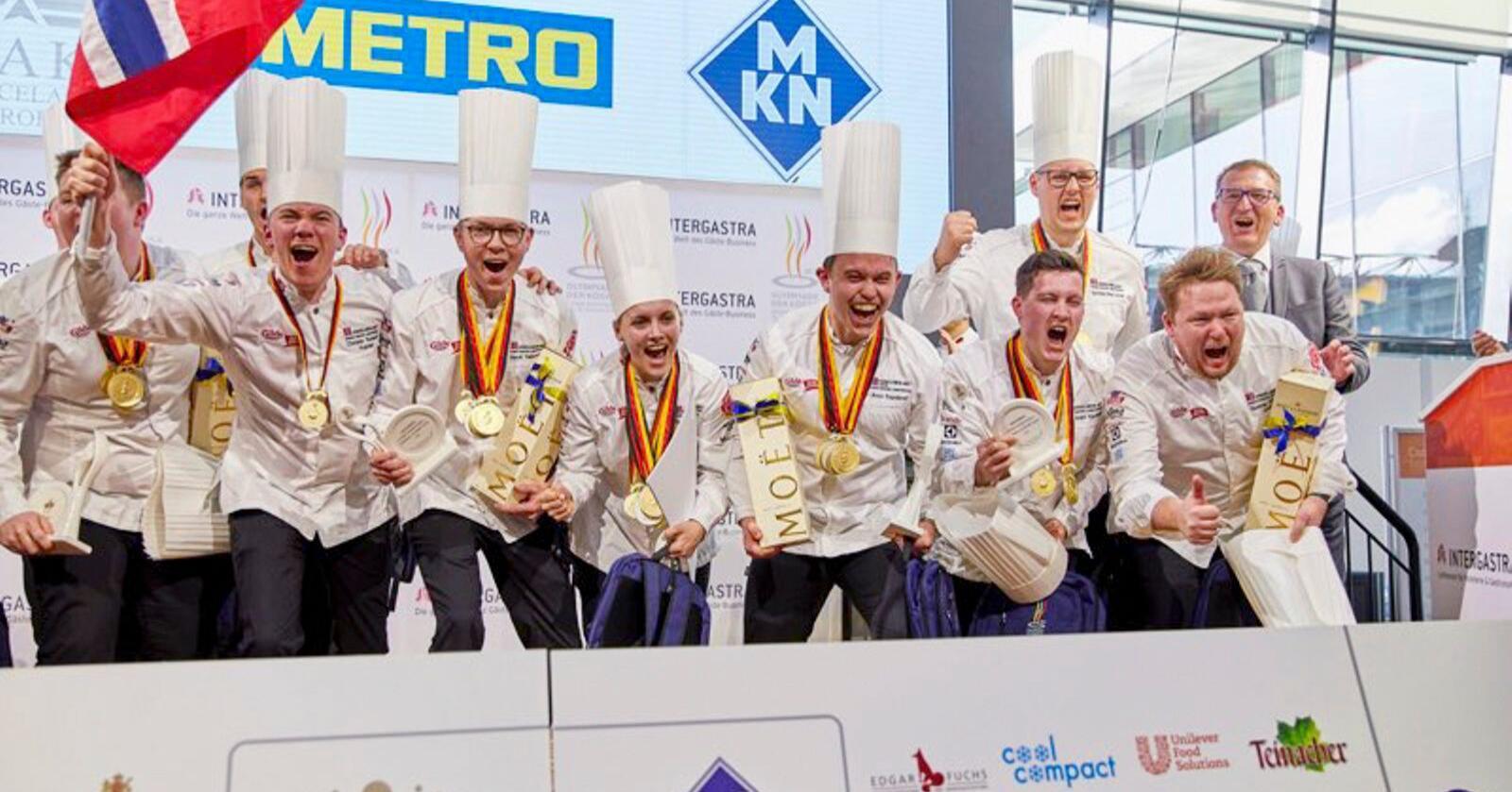 Det norske laget jubler etter at de stakk av med seieren da det 25. Kokke-OL ble arrangert i Stuttgart. Foto: Norske Kokkers Landsforening / NTB scanpix