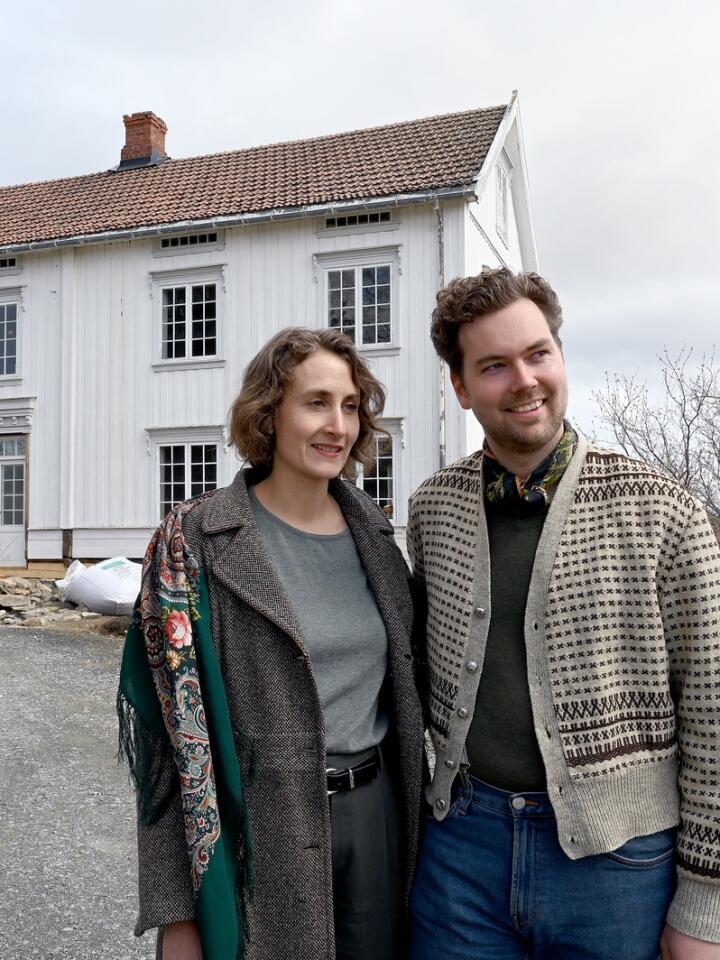 Målet er å flytte inn til jul 2021, da har Ida Malene Christensen (33) og Evald Fredholm(31) drevet med reistaurering av Østre Kvem i drøyt to år. Foto: Mariann Tvete